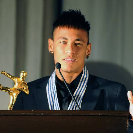 Neymar com o prêmio de 'Rei das Américas'. Ele pretende continuar no Santos pelo menos até 2014 Foto: Miguel Rojo / AFP