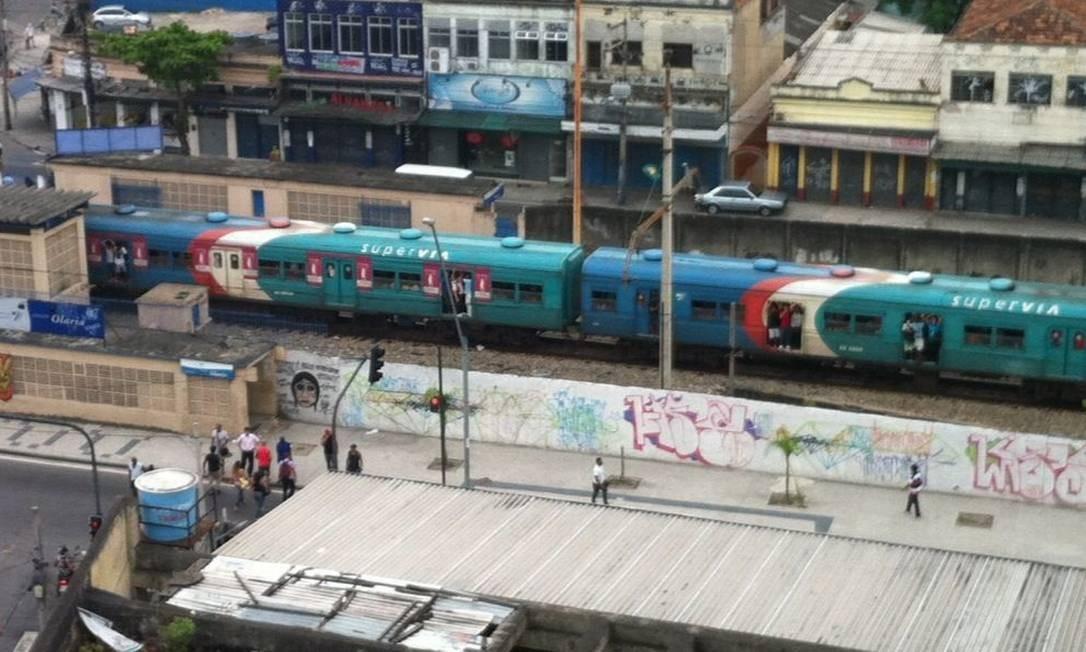 Superlotado, trem circula com as portas abertas em Olaria Foto: Foto do leitor Thiago Matarazzo / Eu-Repórter