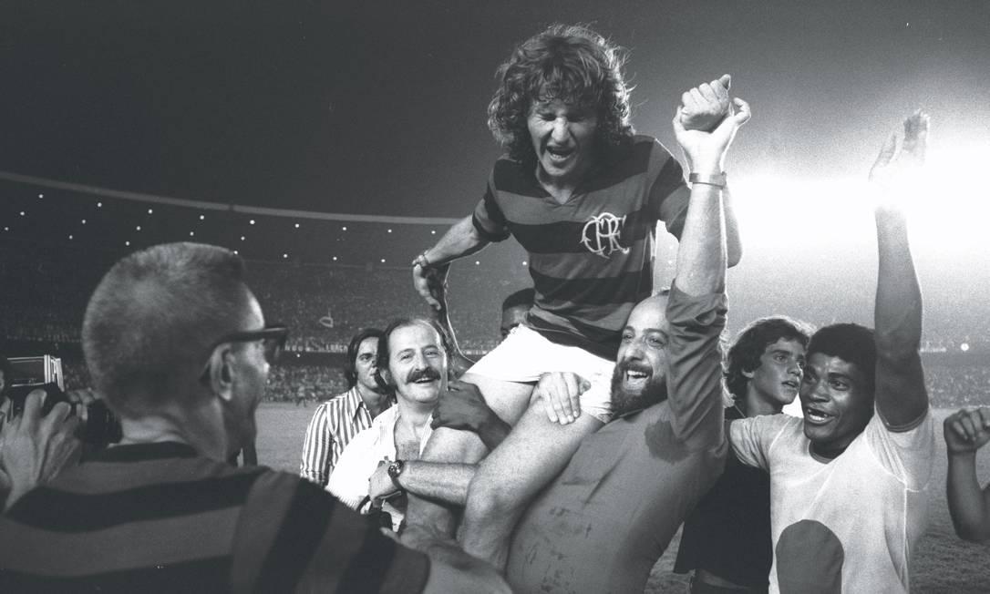 O jovem Zico é erguido na comemoração do título de 1974. Embora tenha participado da campanha do título de 1972, esta foi a primeira conquista do Galinho como titular do Flamengo, aos 21 anos Luiz Pinto / Luiz Pinto/22-12-1974