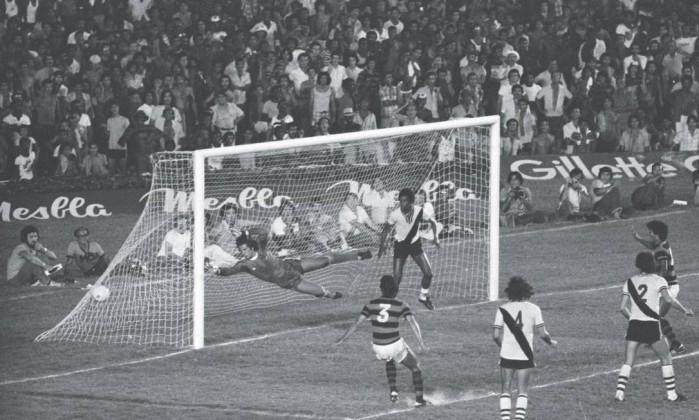 A bola cabeceada pelo zagueiro Rondinelli (3) vence o goleiro Leão, do Vasco. Aos 43 minutos do segundo tempo, o gol do título carioca de 1978, que abriu caminho para mais um tricampeonato rubro-negro Arquivo