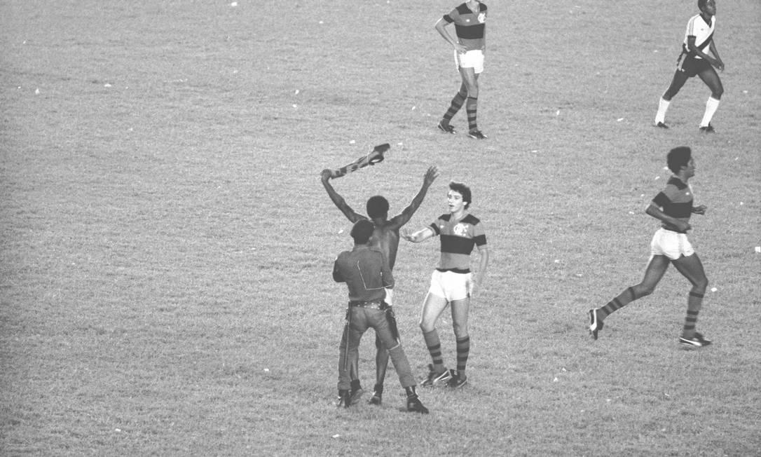 O título do ladrilheiro: em 1981, mesmo com os craques que conquistariam o Mundial de Clubes uma semana depois, quem roubou a cena na final do Carioca, contra o Vasco, foi um torcedor rubro-negro que invadiu o campo e atrapalhou a tentativa de reação vascaína. Antonio Nery/06-12-1981