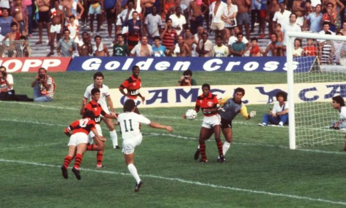 O último Carioca do Galinho: Zico cabeceia para marcar um dos seus três gols na goleada por 4 a 1 sobre o Fluminense, na primeira rodada do campeonato de 1986. Contundido, o camisa 10 pouco jogou naquela campanha Eurico Dantas/16-02-1986