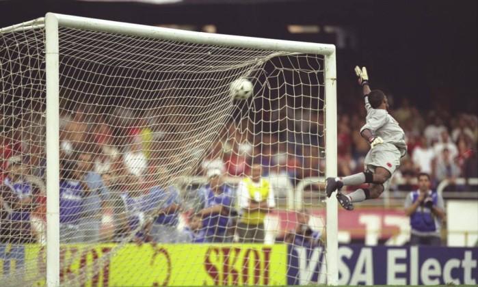 Aos 43 minutos do segundo tempo, Petkovic venceu o goleiro Helton com uma cobrança de falta histórica e garantiu o tricampeonato carioca ao Flamengo, em 2001 Hipólito Pereira / Hipolito Pereira/27-05-2001