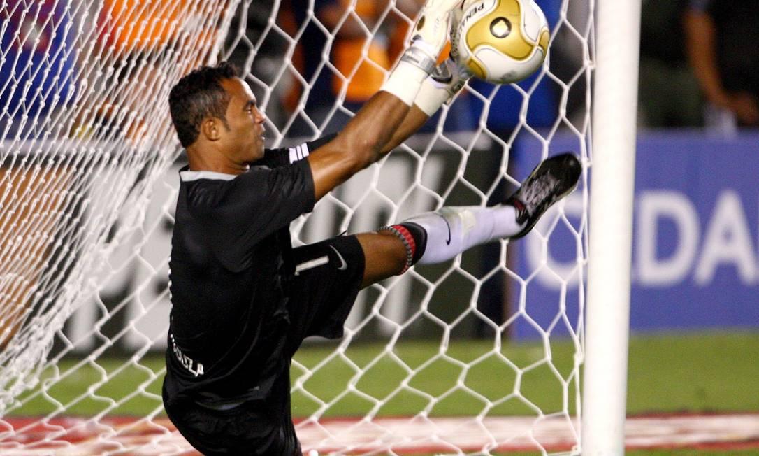 O goleiro Bruno defende o pênalti que garantiu o quinto tricampeonato carioca ao Flamengo, em 2009, na decisão contra o Botafogo Ivo Gonzalez / Ivo Gonzalez/03-05-2009