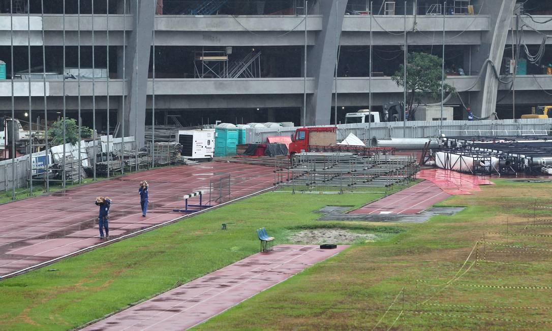 Banheiros químicos, andaimes, geradores, caminhões e operários invadem a pista histórica do Célio de Barros Foto: O Globo / Alexandre Cassiano