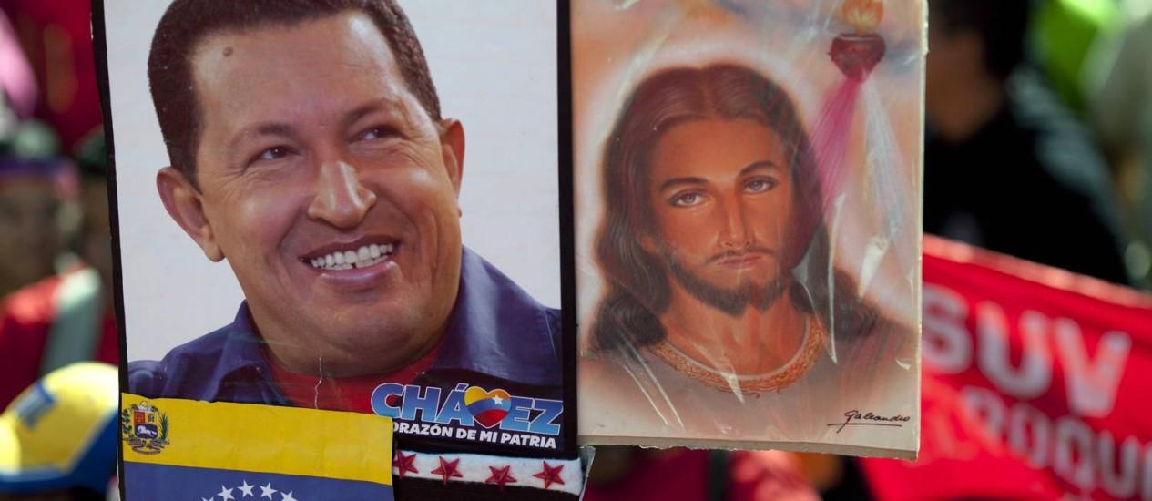 Em ato pró-Chávez em Caracas, foto do presidente é erguida ao lado de imagem de Jesus Cristo Foto: AP/10-01-2013