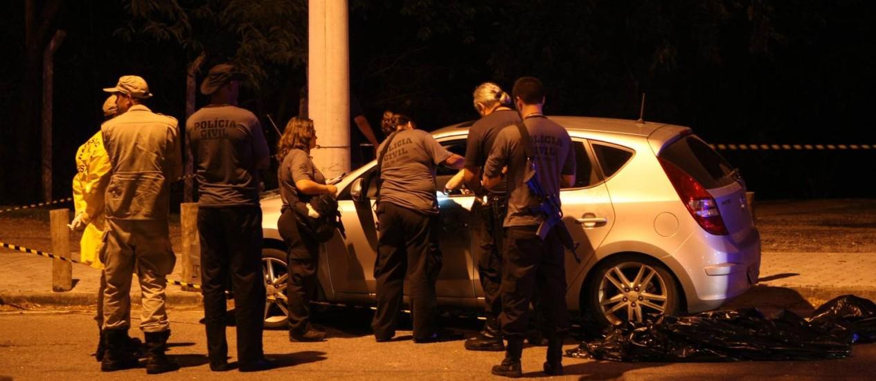 Policias civis fazem perícia no local onde ocorreu crime na Barra da Tijuca, próximo ao condomínio Península Foto: Eduardo Naddar - 09.01.2013 / O Globo