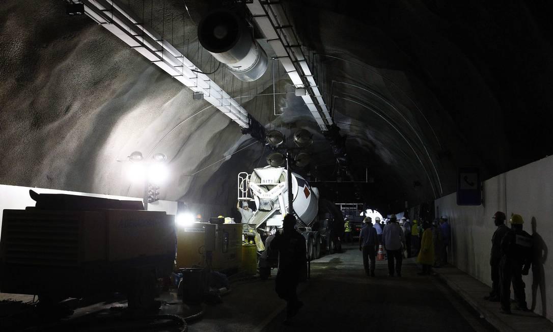 Túnel da Grota Funda está interditado desde a manhã de quinta-feira Foto: Pablo Jacob / O Globo