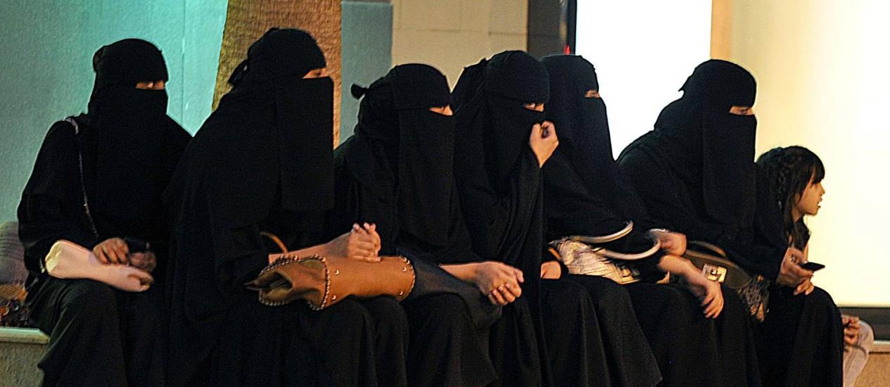 Mulheres sauditas esperam seus motoristas do lado de fora de um shopping em Riyadh, em 2006 Foto: AFP/FAYEZ NURELDINE