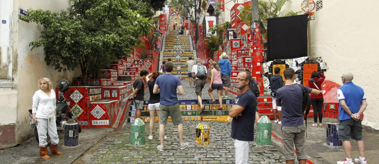A movimentação de turistas nesta sexta-feira na Escadaria Selarón Foto: O Globo / Gabriel de Paiva