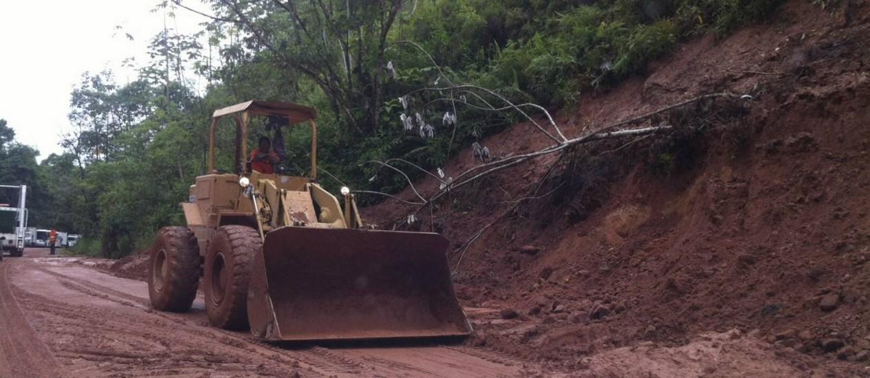 Serviço de limpeza é realizado em trecho da Rio-Santos que ficou parcialmente interditado, próximo ao bairro Verolme, em Angra do Reis Foto: Leitor Osvaldo Ramalho