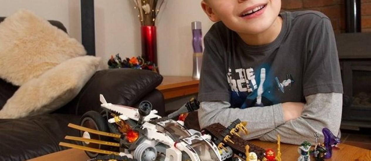 O menino Luka Apps e seu conjunto Ninjago Ultra Sonic Raider da Lego Foto: http://twitter.com/lukaapps / Reprodução