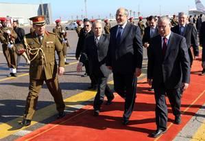 O premier líbio, Ali Zeidan, (à direita) recebe o colega tunisiano, Hamadi Jebali, (centro) em Trípoli: contatos renovados Foto: AFP/7-1-2013