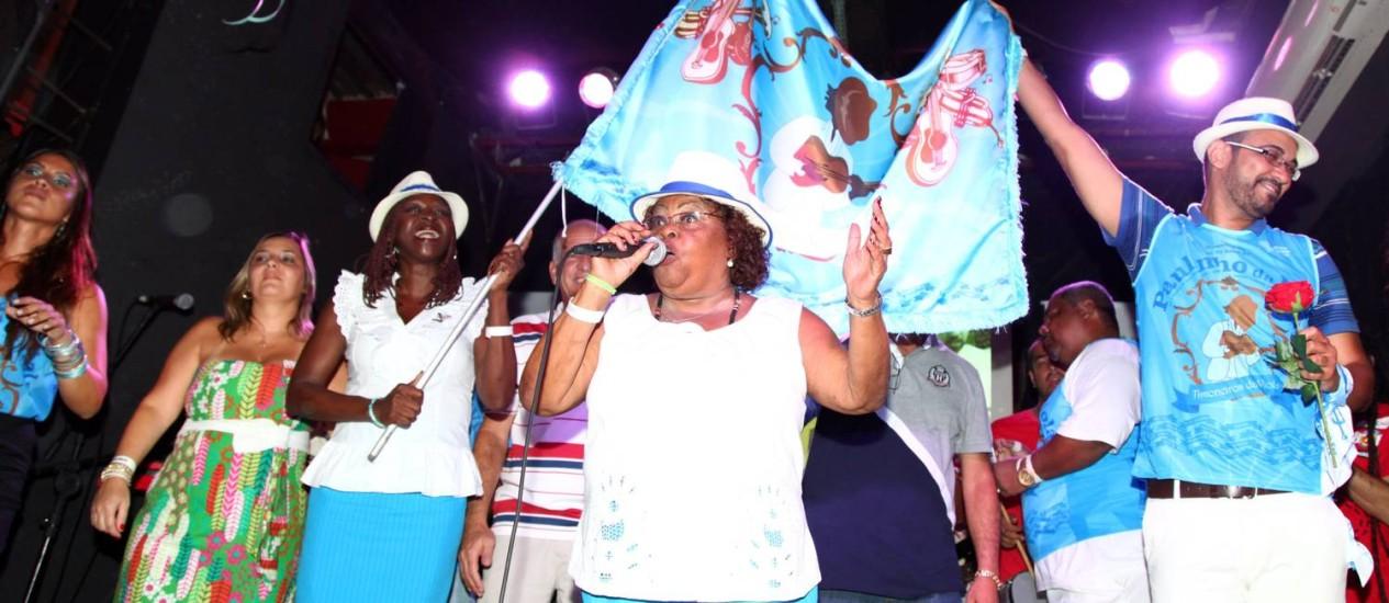 Integrantes do Timoneiros da Viola comemoram o prêmio princupal do Serpentina de Ouro Foto: Arquivo O Globo 02/03/2012 / Fábio Rossi