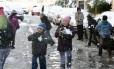Crianças brincam com a neve em Damasco, capital da Síria