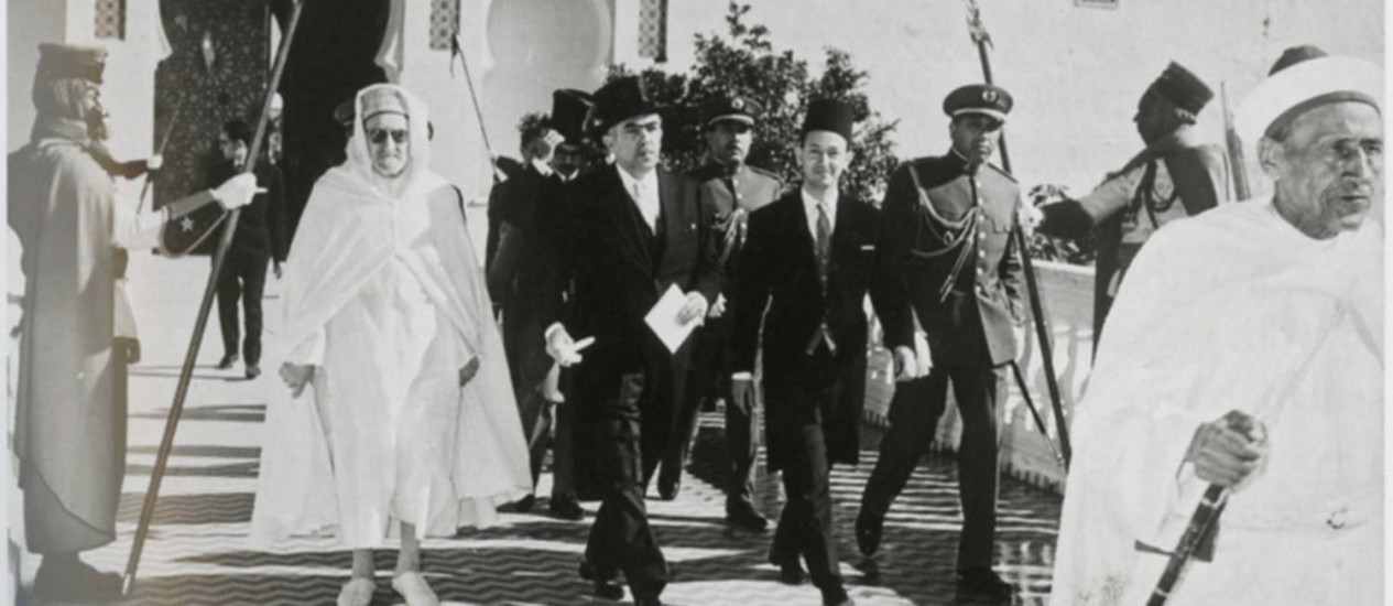 No Marrocos, país onde foi embaixador nos anos 1960, o escritor (de cartola) armou uma rede entre duas árvores Foto: Reprodução