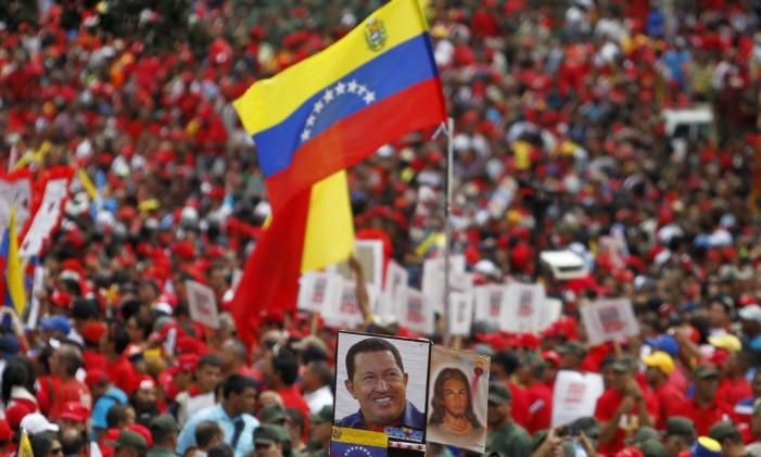 Chavistas foram às ruas nesta quinta-feira para celebrar posse simbólica do presidete Foto: Carlos Garcia Rawlins / Reuters