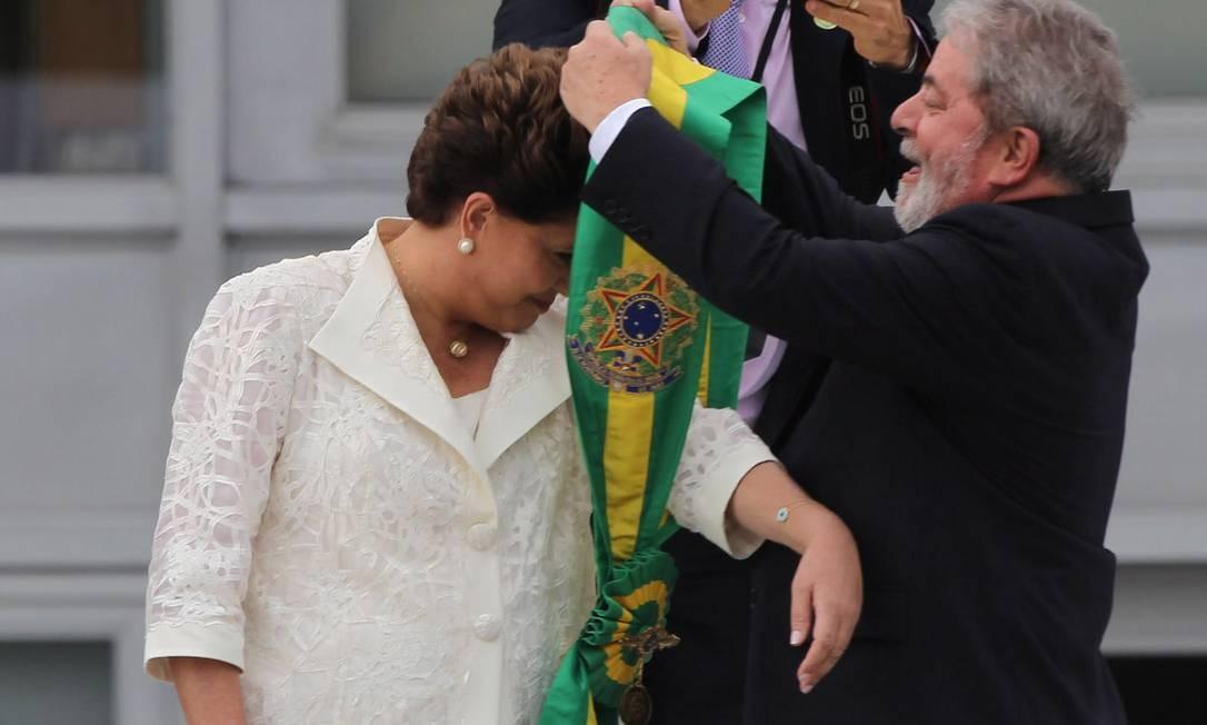 Dilma Rousseff recebe a faixa presidencial de Luiz Inácio Lula da Silva (01/01/2011) Foto: Agência O Globo / André Coelho