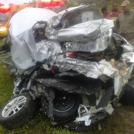 Carro fica destruído após colisão contra caminhão na Via Lagos Foto: Leitor Fábio