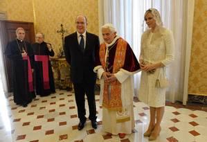 Papa Bento XVI recebe, no Vaticano, o Príncipe Albert II, de Mônaco, e sua mulher, a Princesa Charlene, neste sábado (12) Foto: VINCENZO PINTO / AFP