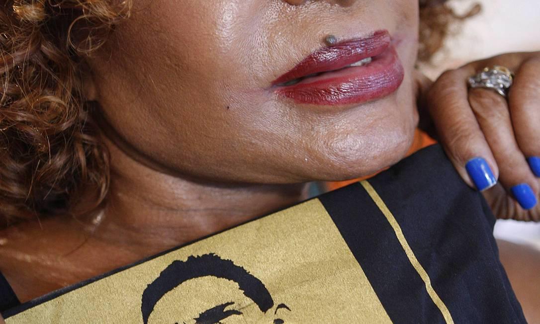 Elza Soares com a imagem de Garrincha vestindo a camisa do Botafogo Foto: Gustavo Stephan / O Globo