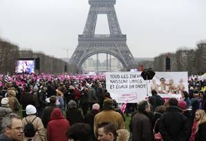 Manifestantes se reúnem na Torre Eiffel para protestar contra o casamento entre homossexuais Foto: LIONEL BONAVENTURE / AFP