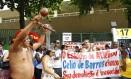 Manifestação contra a demolição do estádio Célio de Barros, com o apoio dos índios da Aldeia Maracanã Foto: Pablo Jacob / O Globo