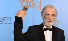 O diretor Michael Haneke posa com o prêmio de melhor filme estrangeiro por 'Amor' Foto: AFP