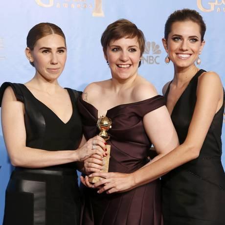 """Criadora de """"Girls"""", Lena Dunham segura o Globo de Ouro ao lado das atrizes Allison Williams (à direita) e Zosia Mamet (à esquerda) Foto: REUTERS/LUCY NICHOLSON"""