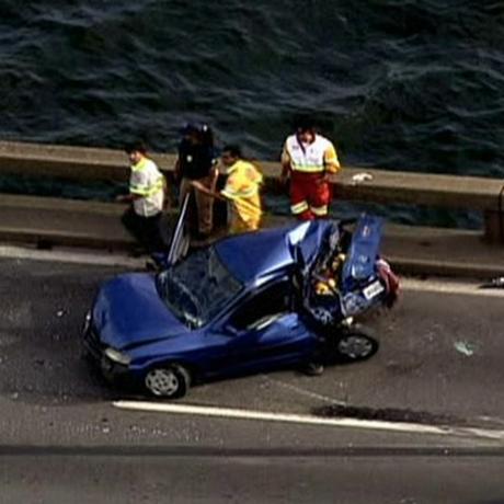 Carro atingido por caminhão na Ponte Rio-Niterói Foto: Reprodução TV Globo/G1
