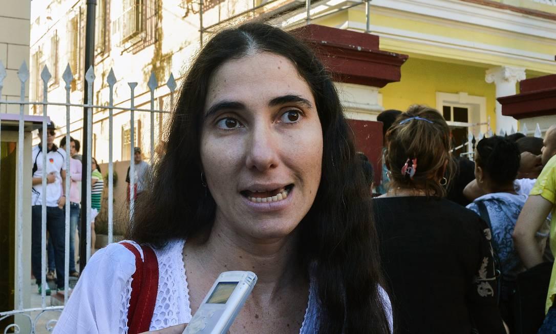 Yoani Sánchez em coletiva na entrada do Escritório de Migração cubano Foto: ADALBERTO ROQUE / AFP