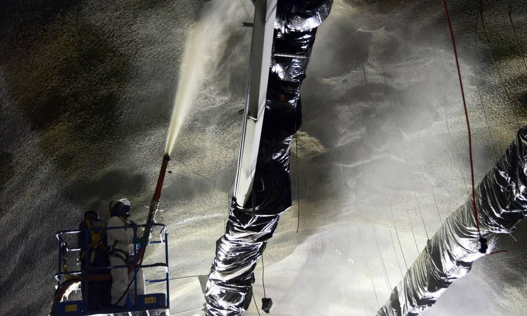Operários no trabalho de reparos no Túnel da Grota Funda, durante interdição da via; fechamento durou mais de quatro dias Foto: Divulgação - 11.01.2013