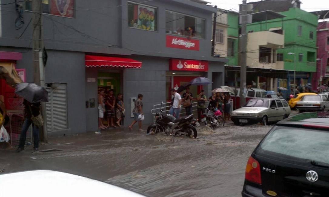 Rua Joaquim de Queiroz, na Grota, Complexo do Alemão, alagada após o temporal Foto: Leitor Helcimar Lopes