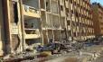 Homem permanece nos escombros da univerdade em Aleppo, onde duas explosões mataram 80 pessoas