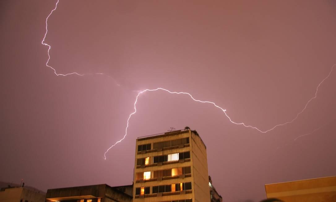 Raios cortam os céus da Tijuca, na Zona Norte do Rio Foto do leitor Marcos Estrella / Eu-repórter