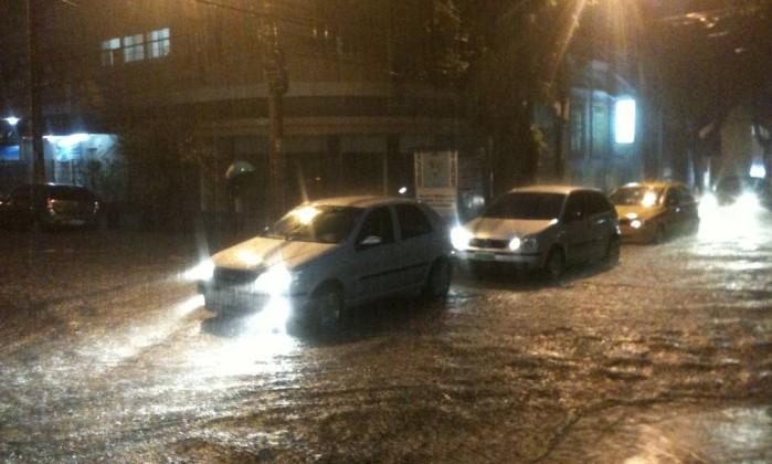 Carros cruzam a Rua Gonzaga Bastos, em Vila Isabel, completamente alagada Foto do leitor Thiago Fonte / Eu-repórter
