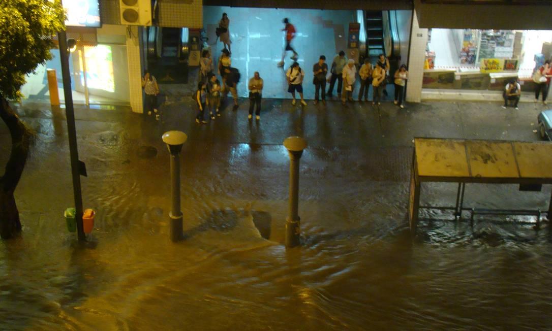 Pessoas ficam ilhadas em centro comercial na Rua Conde de Bonfim, na Tijuca Foto do leitor Davi Borges / Eu-repórter