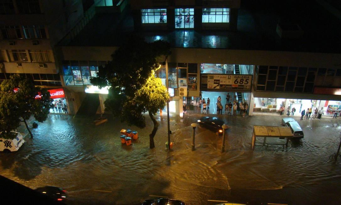 Menos de uma hora de chuva forte foi o suficiente para alagar uma das principais vias do bairro da Zona Norte Foto do leitor David Borges / Eu-repórter