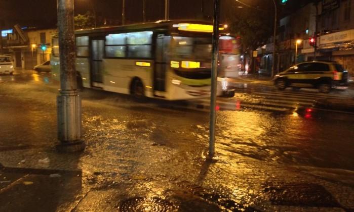 A esquina entre as ruas Dias da Cruz e Dona Claudina, no Méier, ficou completamente inundada Foto do leitor Eduardo Pires / Eu-repórter