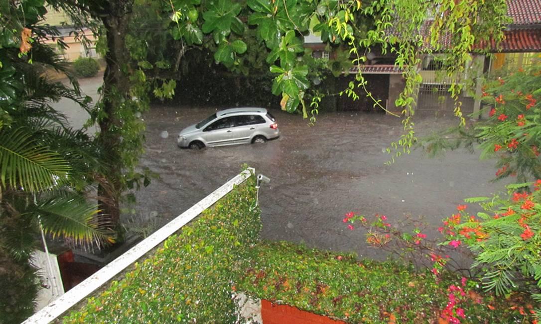 Canal transborda e carro fica preso na enchente em São Francisco, bairro de Niterói Foto da leitora Fernanda Peçanha / Eu-repórter