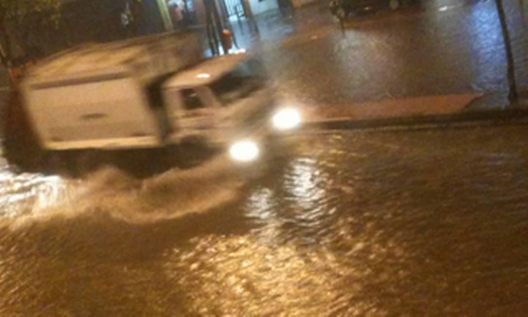 A Rua Conde de Bonfim, na altura da José Higino, na Tijuca, também ficou alagada Foto da leitora Juliana Goulart / Eu-repórter