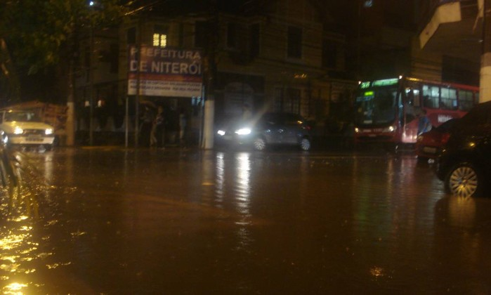 Temporal inunda as ruas do Ingá, em Niterói Foto do leitor Marcelo Bortoloti / Eu-repórter