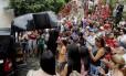 Amigos, admiradores e turistas se despedem de Jorge Selarón durante cerimônia religiosa na Lapa