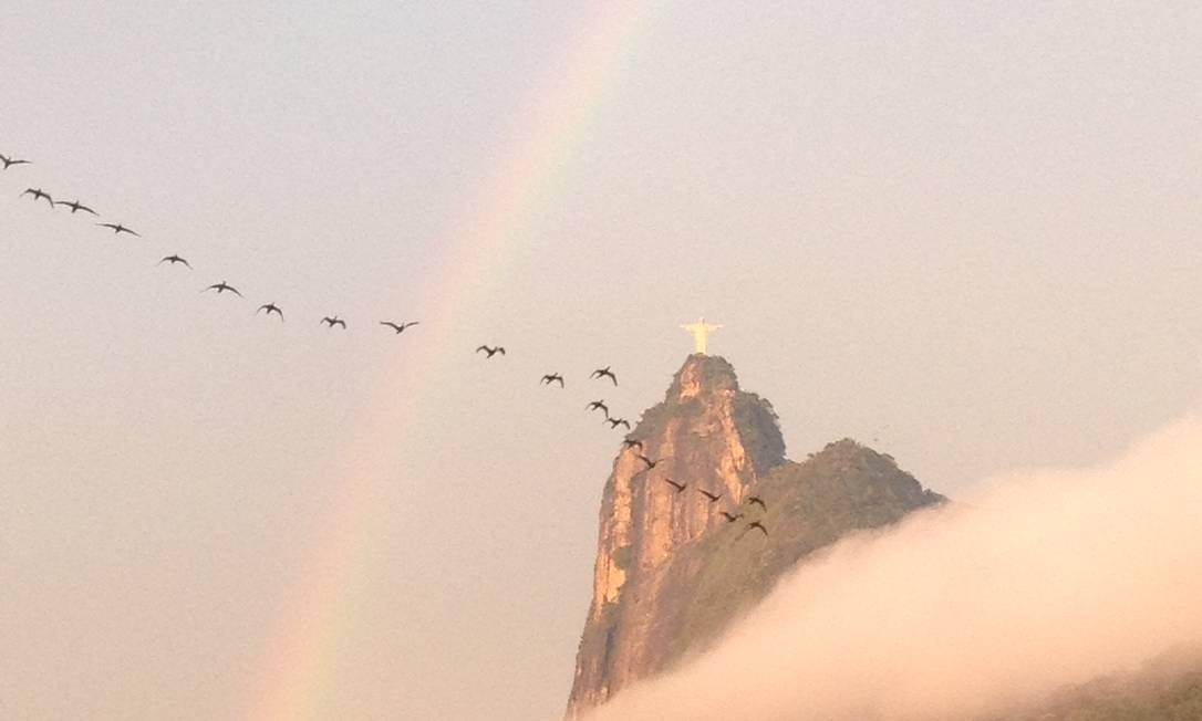 A Enseada de Botafogo teve uma vista privilegiada para o arco-íris que embelezou a manhã desta quarta-feira no Rio Eu-Repórter / Foto da leitora Mirelle de França