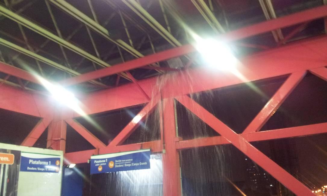 A chuva também causou prejuízos na estação de trens de Madureira, Zona Norte do Rio. O leitor Paulo Hellmann flagrou uma cachoeira de água em plena área coberta. Passageiros tiveram de se refugiar em outros pontos da estação Foto do leitor Paulo Hellmann / Eu-Repórter