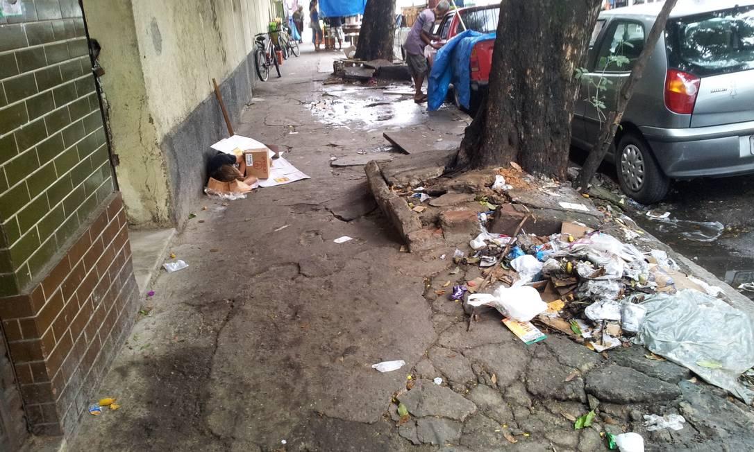 No Riachuelo, também na Zona Norte, lixo e restos de obra se acumulam na Rua Marechal Bittencourt Foto do leitor Tulio Cesar Costa Leite / Eu-Repórter