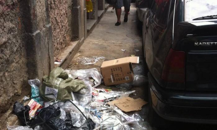 A Rua Luiz de Camões, no Centro, também sofre com o descarte irregular de lixo. A imagem mostra a esquina com a Rua Regente Feijó. Segundo o leitor, o lixo é jogado no local por comerciantes da região Foto do leitor José Roberto Ferraz / Eu-Repórter