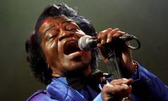 Pai do Soul. Após anos de negociações, James Brown ganha uma cinebiografia: na foto, o cantor americano durante show em Riga, na Letônia, cinco meses antes de morrer no dia de Natal Foto: Inga Kundzina 28/07/2006 / EFE