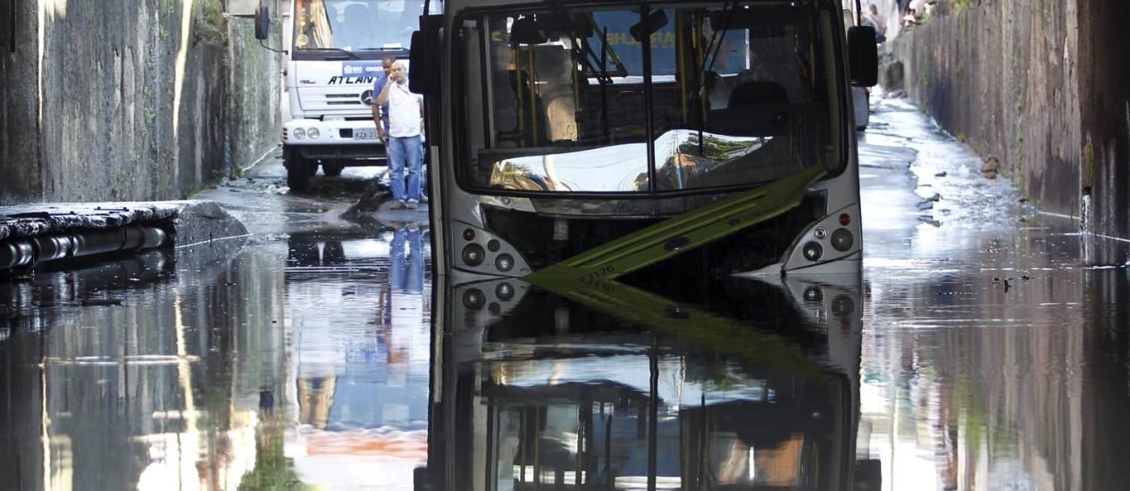 Ônibus fica ilhado na passagem sob a linha férrea conhecida como Buraco do Lacerda, na Região do Jacarezinho Foto: O Globo / Gabriel de Paiva