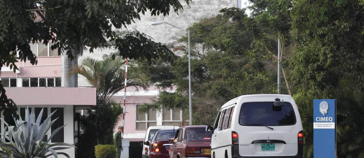Carros esperam em fila de checagem de segurança no hospital onde Hugo Chávez está sendo tratado, em Havana Foto: Franklin Reyes / AP